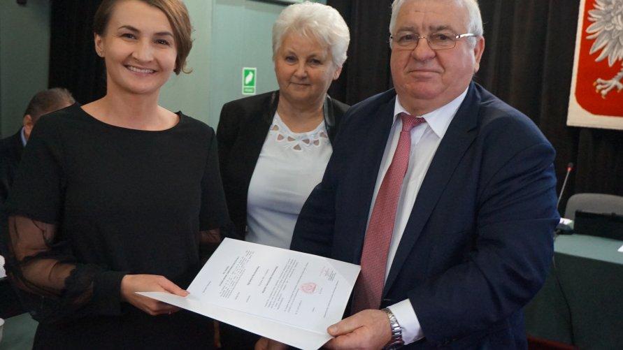 Agnieszka Kaczmarska z aktem od burmistrza